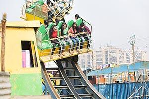 20-25 Years ; Amusement Park ; Boys ; Carefree ; C